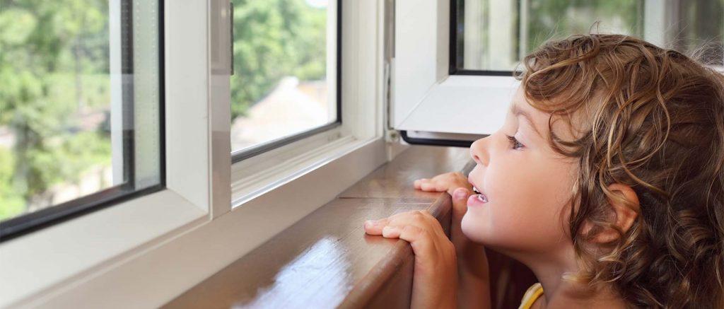 KunststofRaamkozijn.nl header - kind kijkt door het kozijnen raam